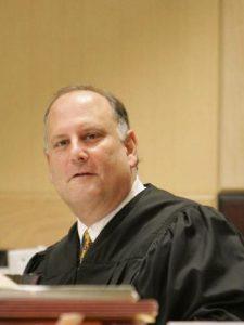 Ibar y sus abogados comparecen delante del Juez Jeffrey R. Levenson, del Tribunal de Broward County